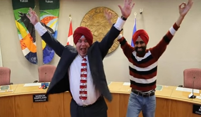 Canadian mayor's turban tying goes viral (Video)