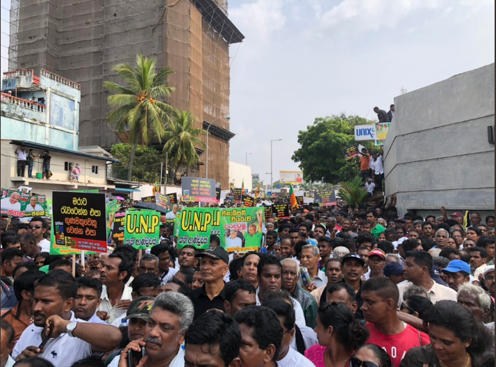 Fayaz Mahroof on Twitter This is what right in front of the Temple Trees gate looks For once it looks like SriLanka has shown up ConstitutionalCrisisLK couplk coupsl lka https t co 9Htz1Kc1fA