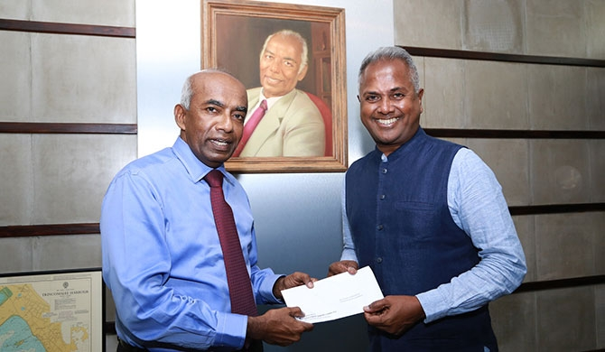 Mr. Kushil Gunasekera, Founder/Chief Trustee of the Foundation of Goodness accepting the sponsorship cheque from Mr. S. R. Gnanam, Managing Director of Tokyo Cement Company (Lanka) PLC.