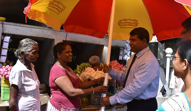 DLB provides shade for flower sellers in Kalutara (Pics)