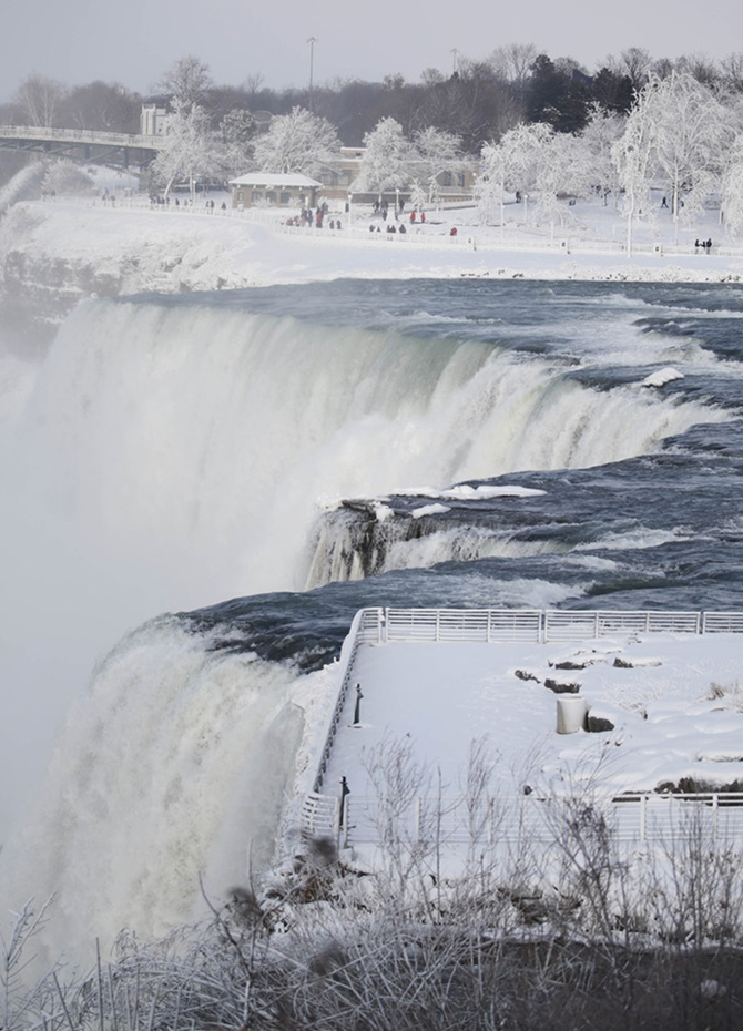 Niagara Falls frozen into a winter wonderland (Pics)