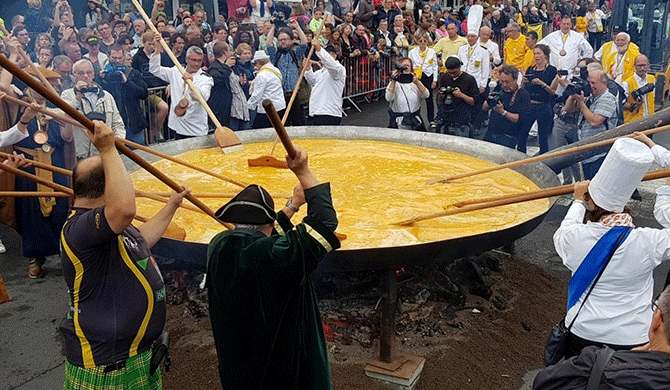 Belgium defies egg scandal with giant omelette (Video)