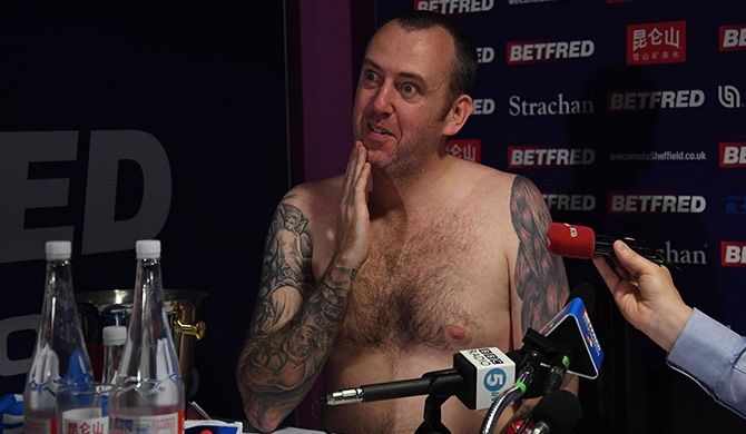 World Snooker champ strips for press (Video)