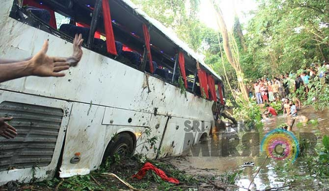 3 die after bus topples into Hamilton canal (Pics)