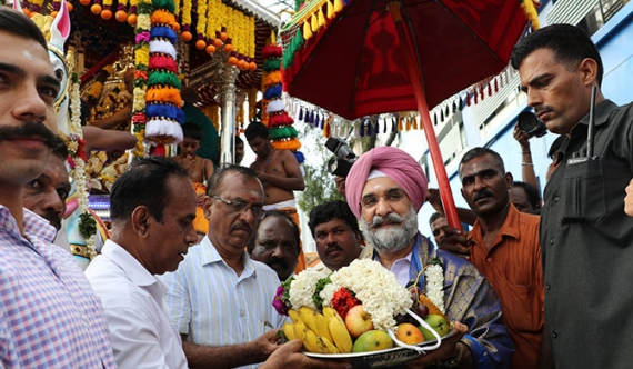 Indian High Commissioner receives blessings (Pics)