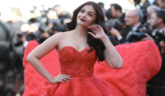 Aish rocks at Cannes red carpet (Pics)