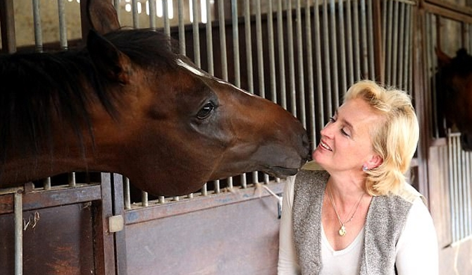 Trainer who sings opera to racehorses (Video)