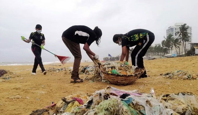 Eager hands join for a cleaner Mt. Lavinia beach (Pics)